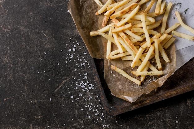 Gebratene hühnerbeine mit pommes frites Premium Fotos