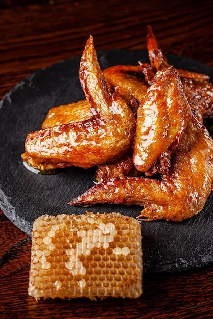 Gebratene hühnerflügel glasiert in honigsauce Premium Fotos