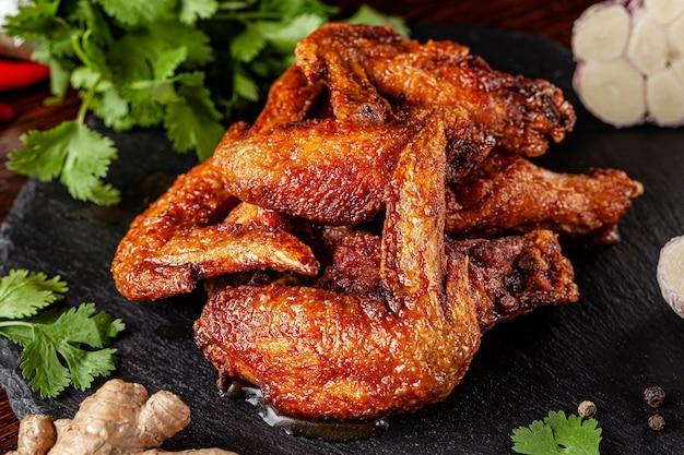 Gebratene hühnerflügel glasiert in mariniert Premium Fotos