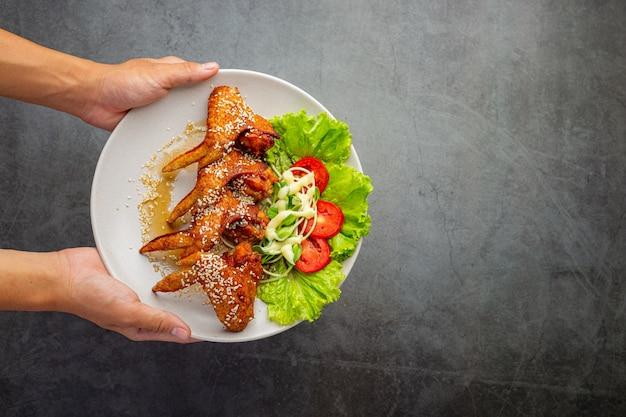 Gebratene hühnerflügel mit fischsauce und süßer fischsauce. Kostenlose Fotos