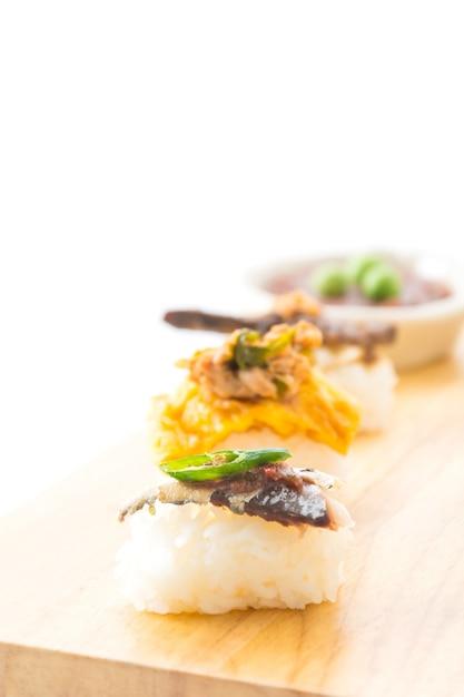 Gebratene makrele mit garnelenpaste sauce sushi Kostenlose Fotos