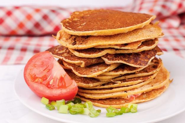 Gebratene pfannkuchen oder pfannkuchen werden gestapelt, ein traditionelles gericht für das frühlingsfest, abschied vom winter Premium Fotos