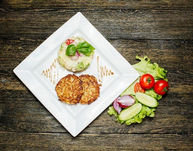 Gebratene schnitzel mit salat garniert mit sahne Kostenlose Fotos