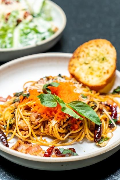 Gebratene spaghetti mit knoblauch und garnelenei Premium Fotos
