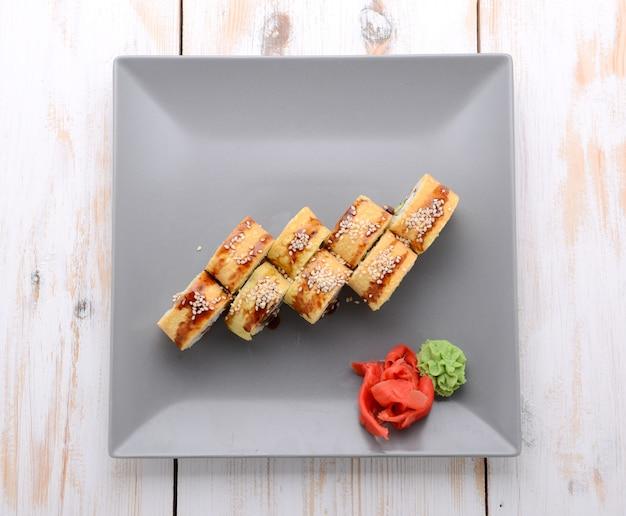 Gebratene sushirolle mit aal und japanischem omelett Premium Fotos