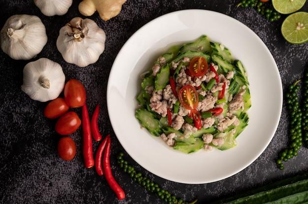 Gebratene zucchini mit gehacktem schweinefleisch in weißem teller umrühren Kostenlose Fotos