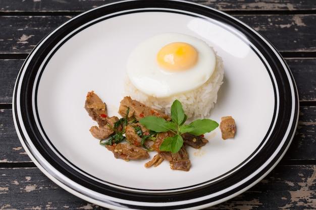 Gebratener basilikumurlaub mit schweinefleisch Premium Fotos