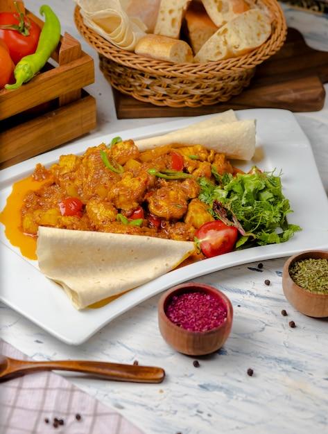 Gebratener blumenkohl mit sprossen, bohnen und serviert mit tomatensauce und kräutern Kostenlose Fotos