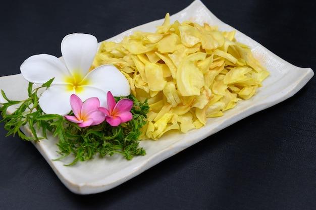 Gebratener durian in der schüssel auf dem tisch Premium Fotos