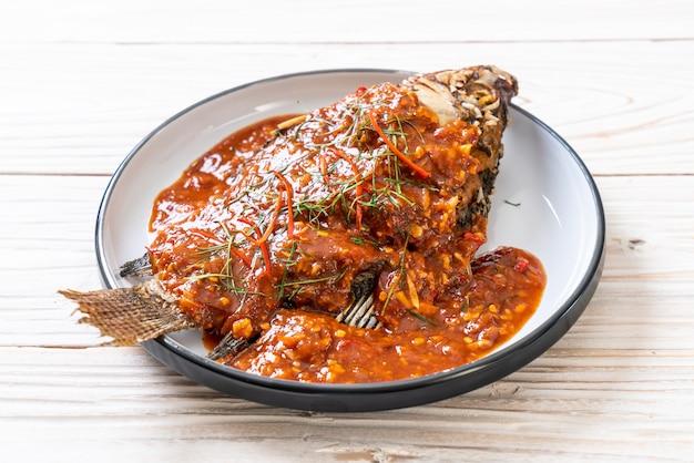 Gebratener fisch mit chili-sauce Premium Fotos