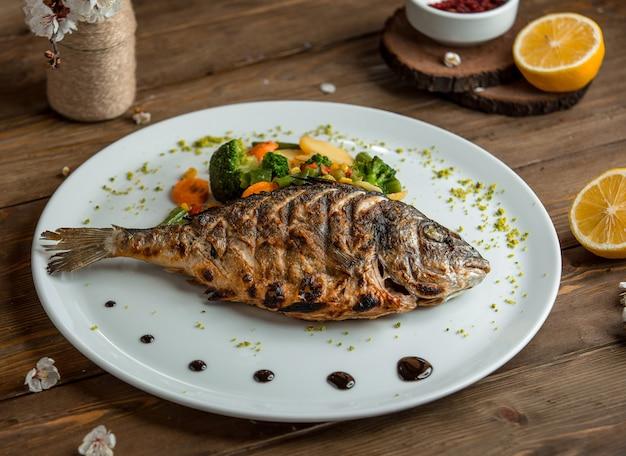 Gebratener fisch mit gemüse in der platte 3 Kostenlose Fotos