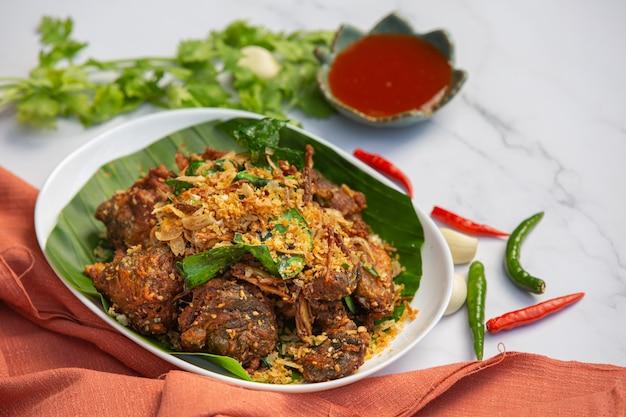 Gebratener frosch mit knoblauch und pfeffer thai food konzept. Kostenlose Fotos