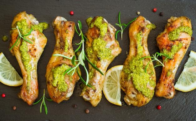 Gebratener hühnertrommelstock in grüner soße mit zitrone Premium Fotos