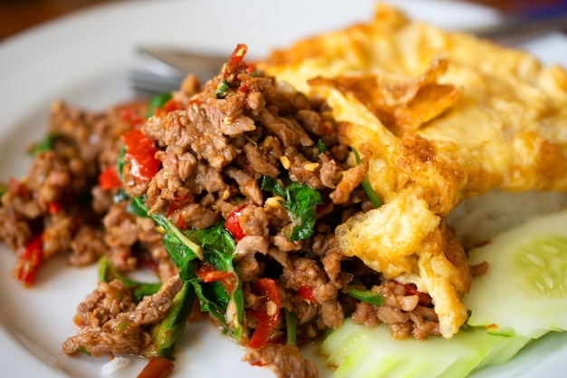 Gebratener reis des süßen basilikums mit gehacktem schweinefleisch, omelett Premium Fotos