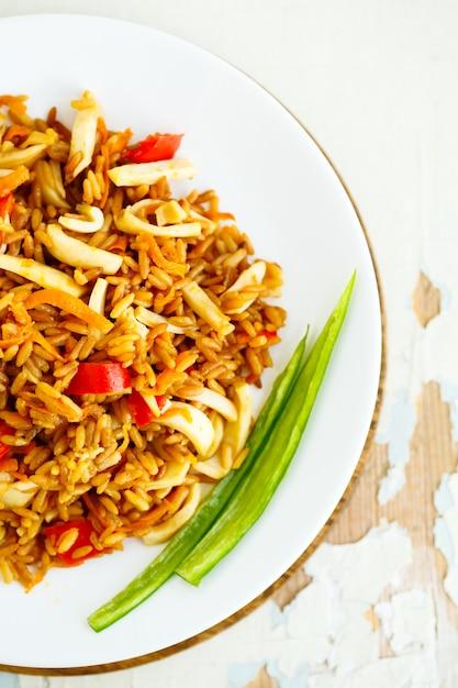 Gebratener reis mit meeresfrüchten. asiatische küche. Premium Fotos