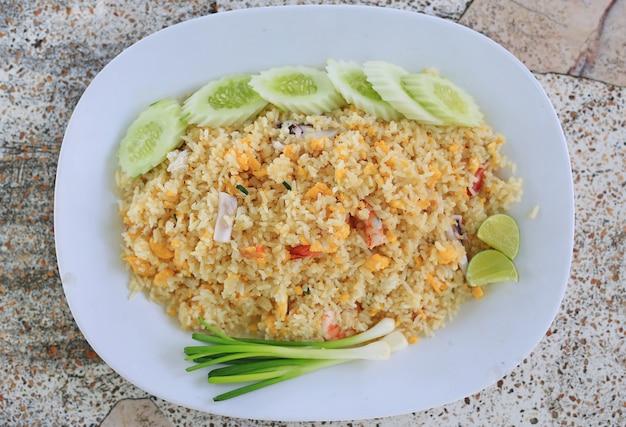 Gebratener reis mit meeresfrüchten. thailand köstliches beliebtes essen. Premium Fotos
