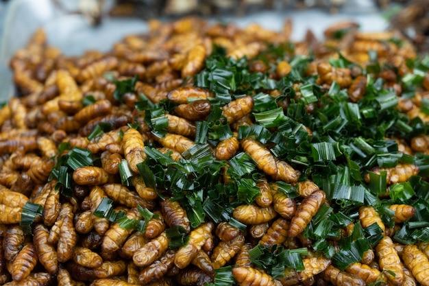 Gebratener thailändischer straßenlebensmittelmarkt der insekten. Premium Fotos