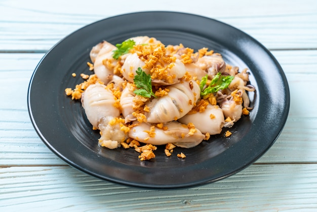 Gebratener tintenfisch oder tintenfisch mit knoblauch Premium Fotos