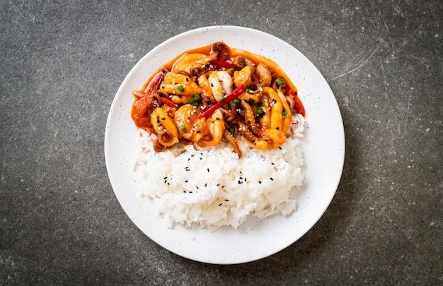 Gebratener tintenfisch oder tintenfische und koreanische würzige paste (osam bulgogi) mit reis Premium Fotos