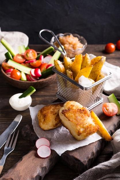 Gebratenes fischfilet mit ofenkartoffeln Premium Fotos