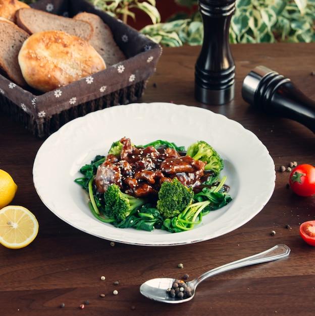 Gebratenes fleisch mit gemüse unter sauce Kostenlose Fotos