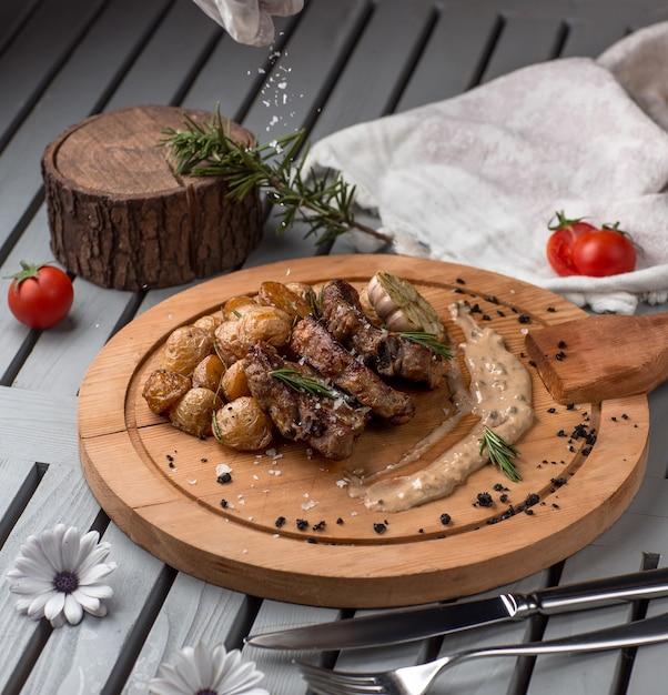 Gebratenes fleisch und pilze auf holzbrett Kostenlose Fotos