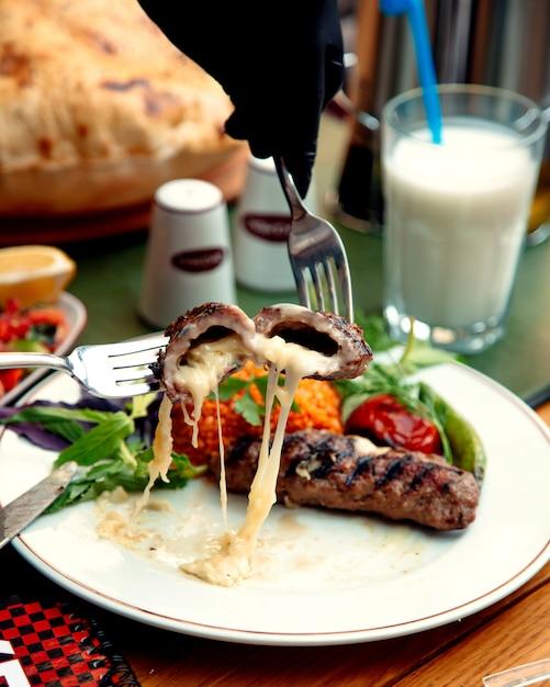 Gebratenes fleischkotelett gefüllt mit käse Kostenlose Fotos