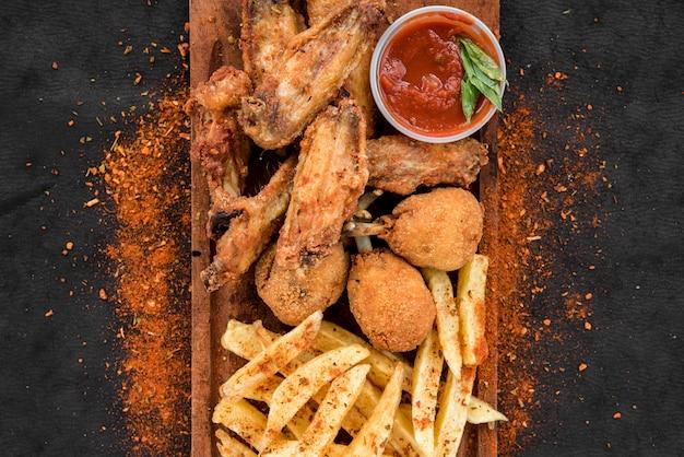 Gebratenes hähnchen und pommes frites mit gewürzen Kostenlose Fotos