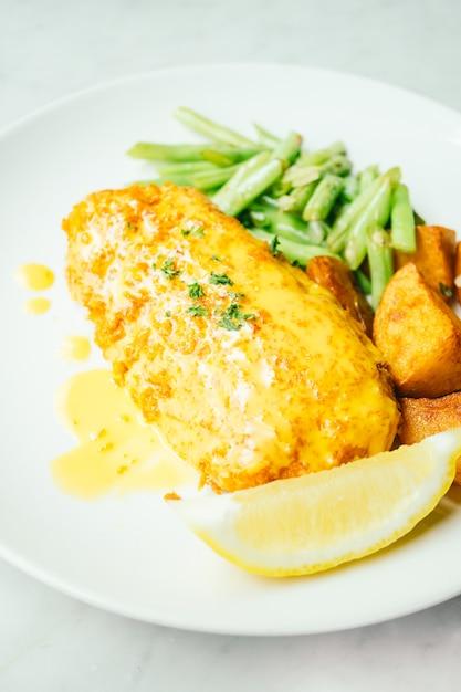 Gebratenes hühnersteak mit zitrone und gemüse Kostenlose Fotos