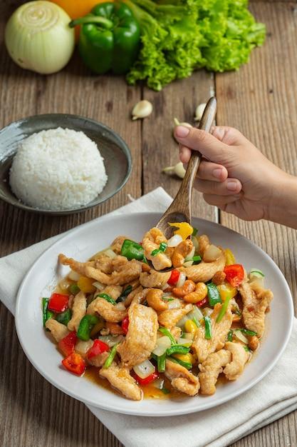 Gebratenes huhn mit cashewnüssen thailändisches essen. Kostenlose Fotos