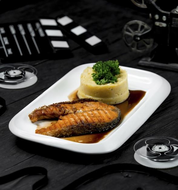 Gebratenes lachsfilet in teriyaki-sauce mit kartoffelpüree Kostenlose Fotos