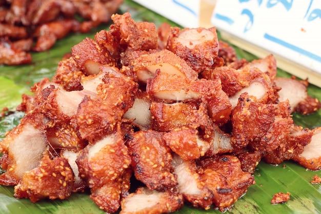 Gebratenes schweinefleisch am straßenessen Premium Fotos