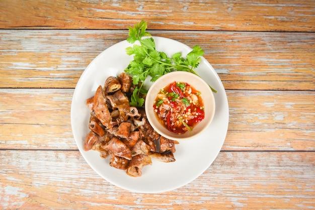 Gebratenes schweinefleisch chitterlings mit paprikasoße würzig - eingeweidedarmteil asiatisches thailändisches lebensmittel des schweinefleisch Premium Fotos