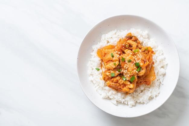 Gebratenes schweinefleisch mit kimchi auf reis Premium Fotos