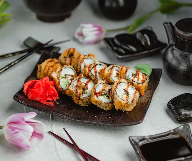 Gebratenes sushi mit ingwer und wasabi Kostenlose Fotos