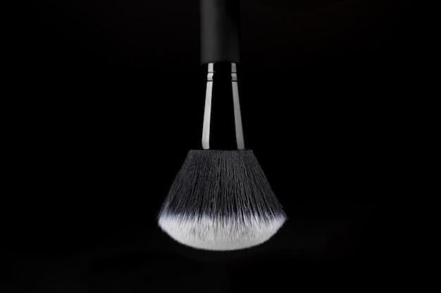 Gebrauchsfertiger make-up pinsel mit weißer substanz Kostenlose Fotos