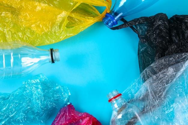Gebrauchte plastikflaschen und -beutel zum recycling, Premium Fotos