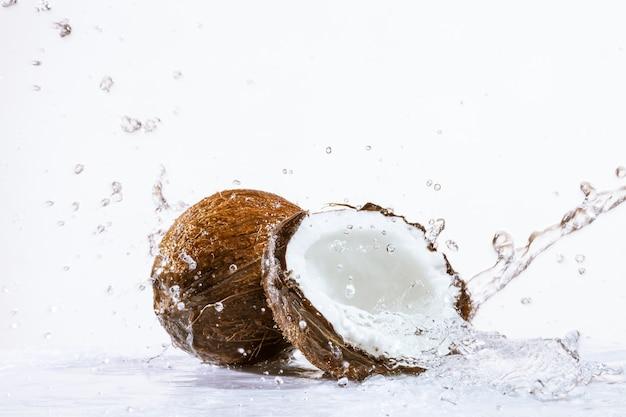 Gebrochene kokosnuss Premium Fotos