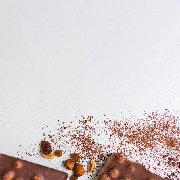 Gebrochene nuss und schokolade mit kakao anheben Kostenlose Fotos