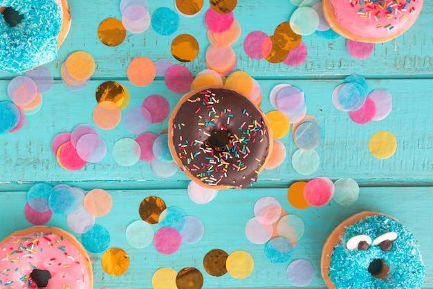 Geburtstags-donut mit konfetti Kostenlose Fotos
