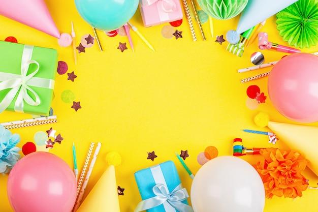Geburtstagsdekor auf gelbem grund Premium Fotos