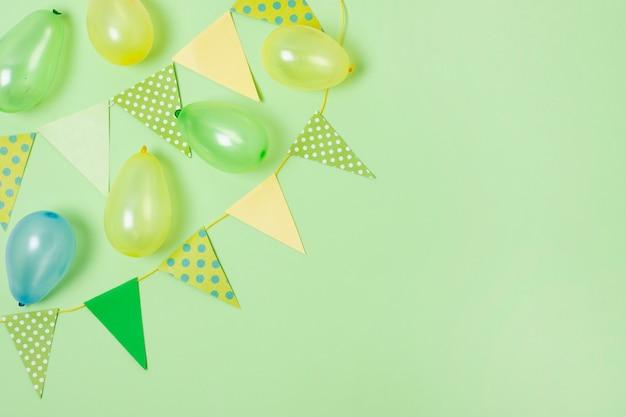 Geburtstagsdekoration auf grünem hintergrund mit kopienraum Kostenlose Fotos