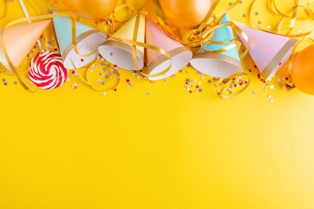 Geburtstagsfeier-hintergrund auf gelb Premium Fotos