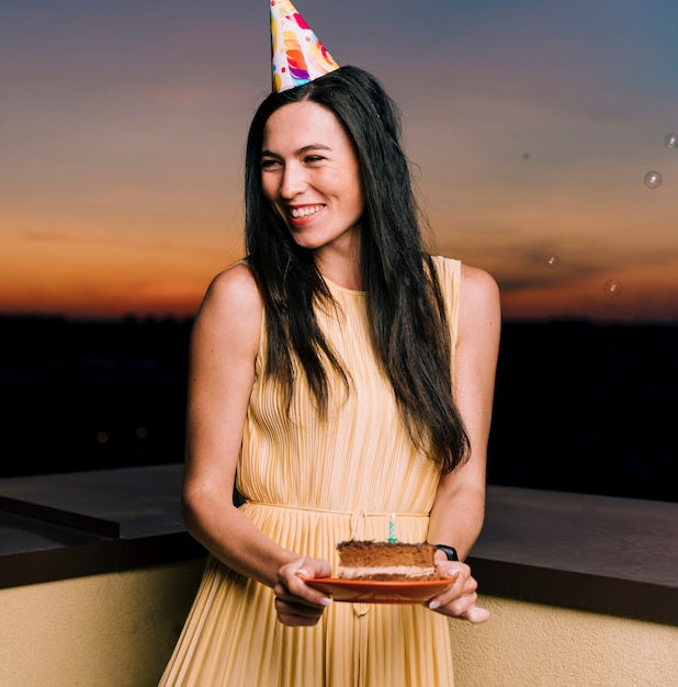 Geburtstagsfrau, die auf dachspitze feiert Kostenlose Fotos