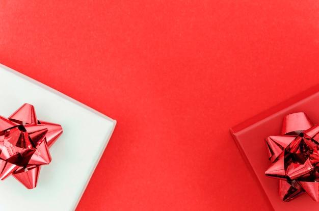 Geburtstagsgeschenk mit farbigem hintergrund Kostenlose Fotos
