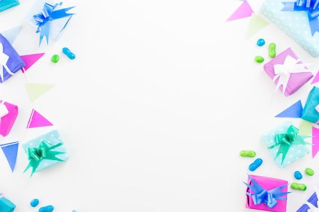 Geburtstagsgeschenke; süßigkeiten und ammer auf weißem hintergrund Kostenlose Fotos