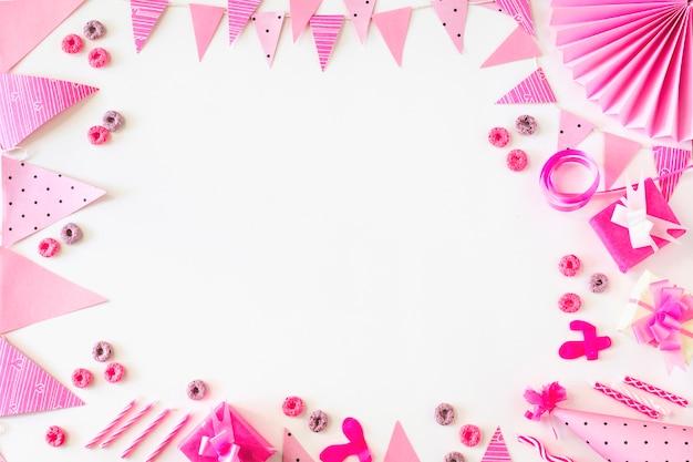 Geburtstagsgeschenke und fruchtschleifensüßigkeiten mit partyzubehör auf weißem hintergrund Kostenlose Fotos