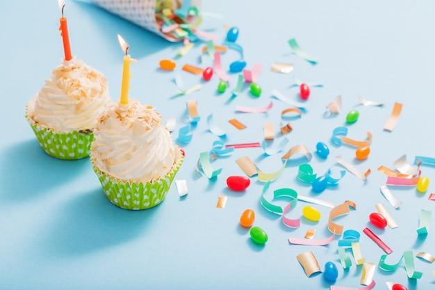 Geburtstagshut mit konfetti und cupcake Premium Fotos