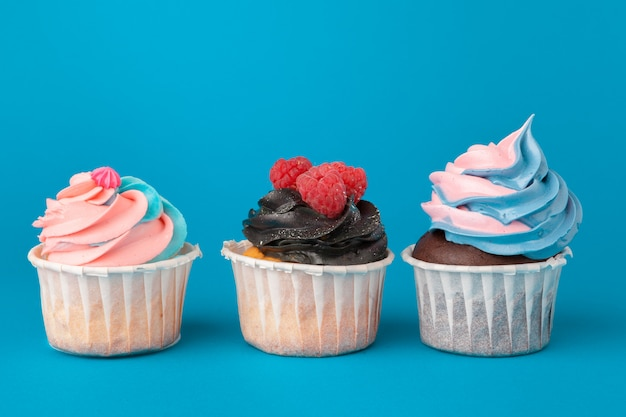 Geburtstagskleine kuchen auf blauem hintergrundabschluß oben Premium Fotos