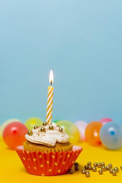 Geburtstagskleiner kuchen mit kerzennahaufnahme Kostenlose Fotos